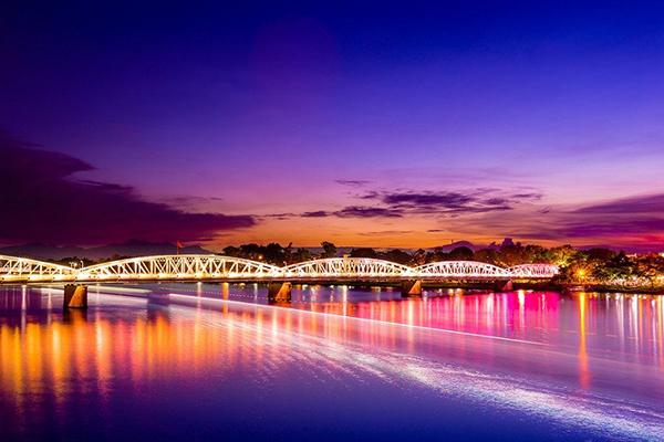 Cầu Tràng Tiền bắc qua sông Hương