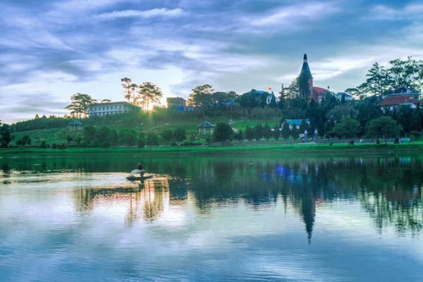 Hồ Xuân Hương tĩnh lặng