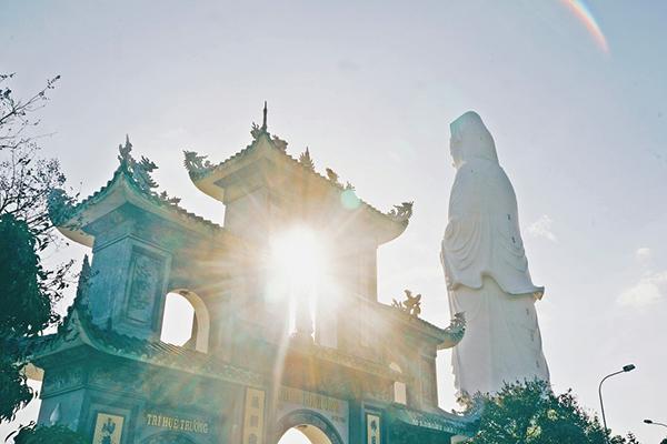 Tượng Quan Thế Âm tại chùa Linh Ứng