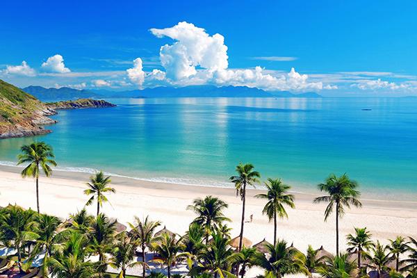 Bãi Dài với bãi bát trắng mịn và nước biển trong xanh