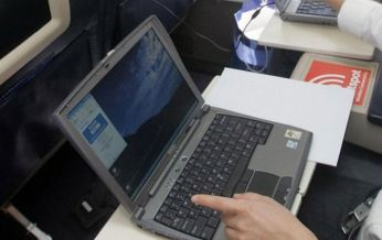 Có được mang laptop lên máy bay không
