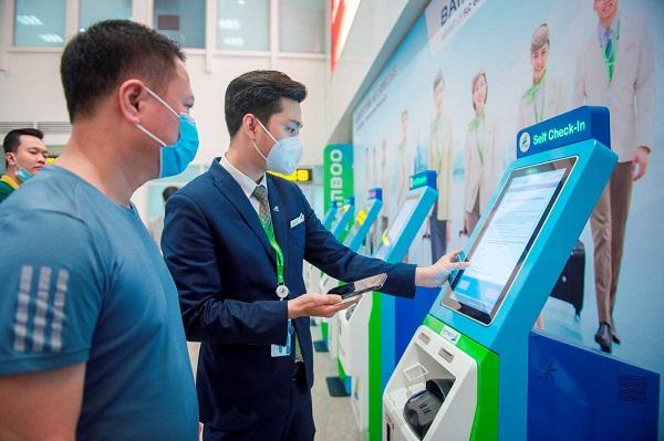 Hành khách cần đưa giấy tờ cá nhân kèm theo mã số đặt vé cho tiếp viên kiểm tra