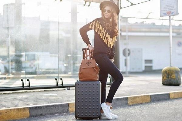 Hãy lựa chọn những bộ quần áo đơn giản, dễ vận động khi đi máy bay